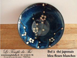 Bol à thé japonais bleu fleurs blanches